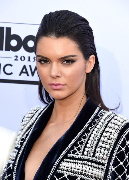 Kendall Jenner con peinado de efecto mojado en los premios Billboard 2015. Agencias