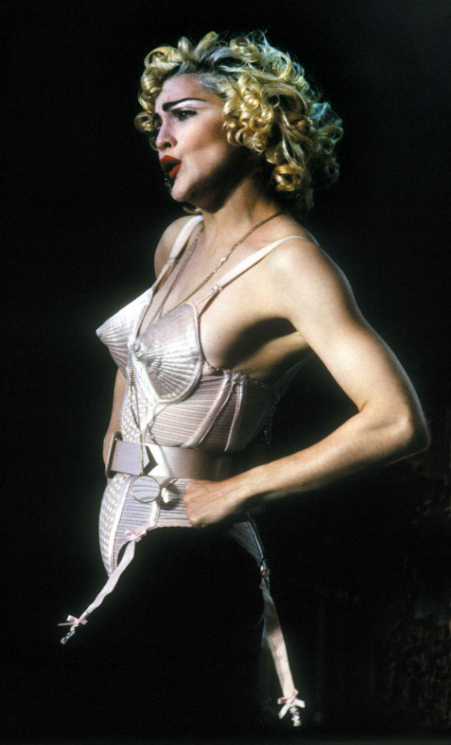 Madonna en 1990 con el icónico corsé de conos de la gira Ambición Rubia. Archivo