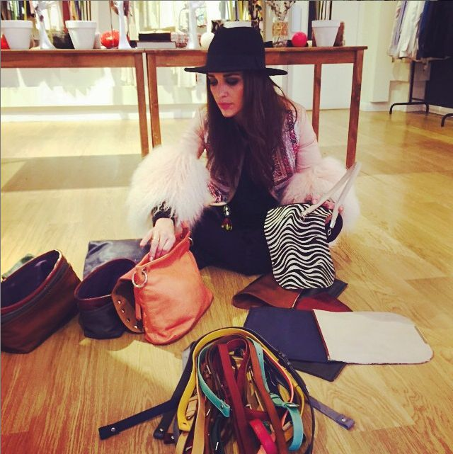 Paula Echevarria con bolsos de Paula Franco
