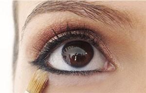 Truco de maquillaje: polvos para sellar el liner