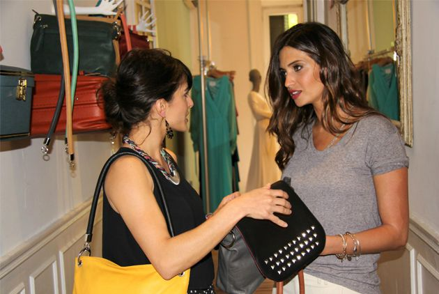 Sara Carbonero conoce los bolsos de Paula Franco
