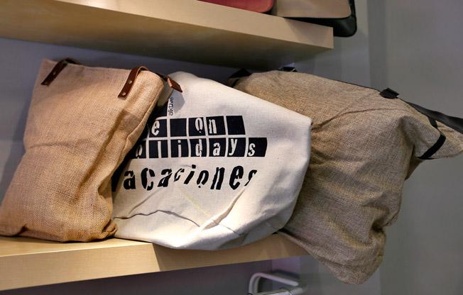 Colección de bolsos de asa corta y texturas naturales en tonos tierra