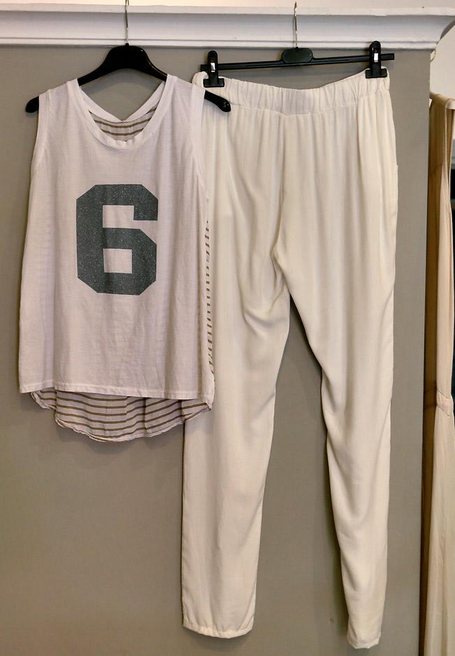 Pantalón recto blanco con bolsillos laterales y camiseta de tirantes con estampado de número en la parte delantera y rayas en la espalda