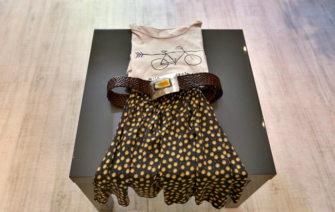 Falda estampada con vuelo, camiseta de algodón y cinturón de cuero con hebilla en latón y piedra