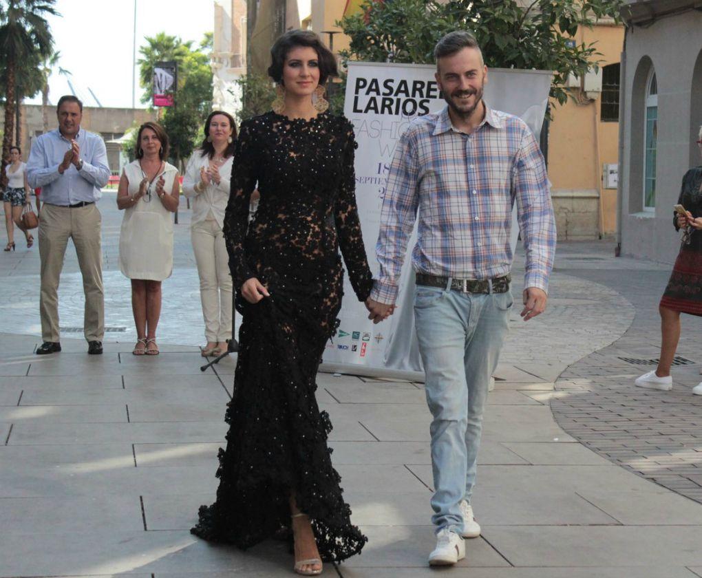 La modelo Angi Benavides y el diseñador de Lara&Bedmar