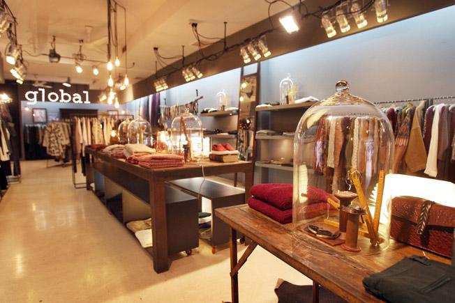 Muebles para tienda de ropa en barcelona for Tiendas muebles minimalistas