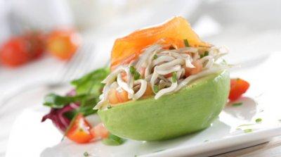 Aguacate relleno de ensalada de gulas y salmón