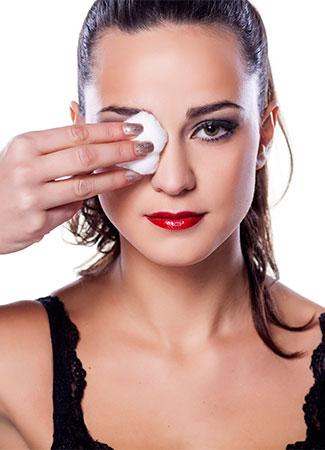 Seis errores que cometes con la máscara de pestañas: frotar para retirar el rímel