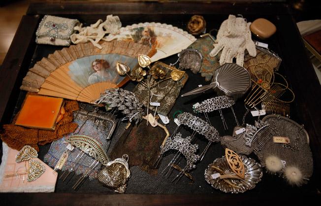 Bolsos de malla en plata, peinas y abanicos, piezas en diferentes materiales que conservan su belleza original