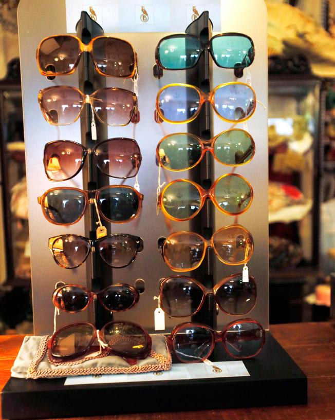 Gafas de sol vintage con monturas diseñadas en diferentes líneas y tamaños