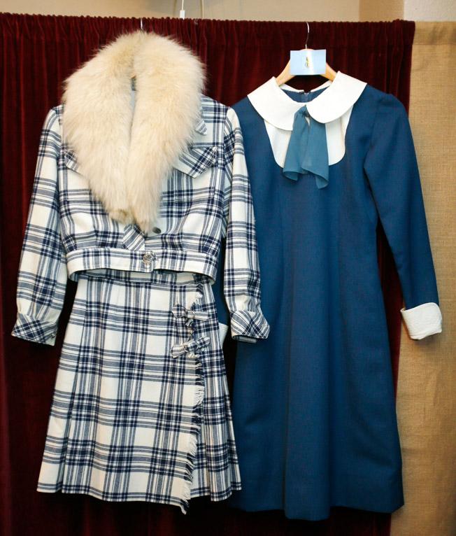 Conjunto de chaqueta y falda de paño en cuadros escoceses con cuello de zorro y vestido azul azafata con lazada en el cuello, de los años 60 y 70, respectivamente