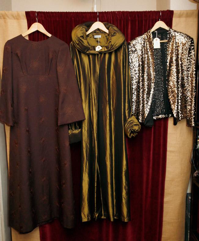Vestido tipo túnica de crespón bordado, abrigo guardapolvo parisino en seda y chaqueta de paillettes de los años 70