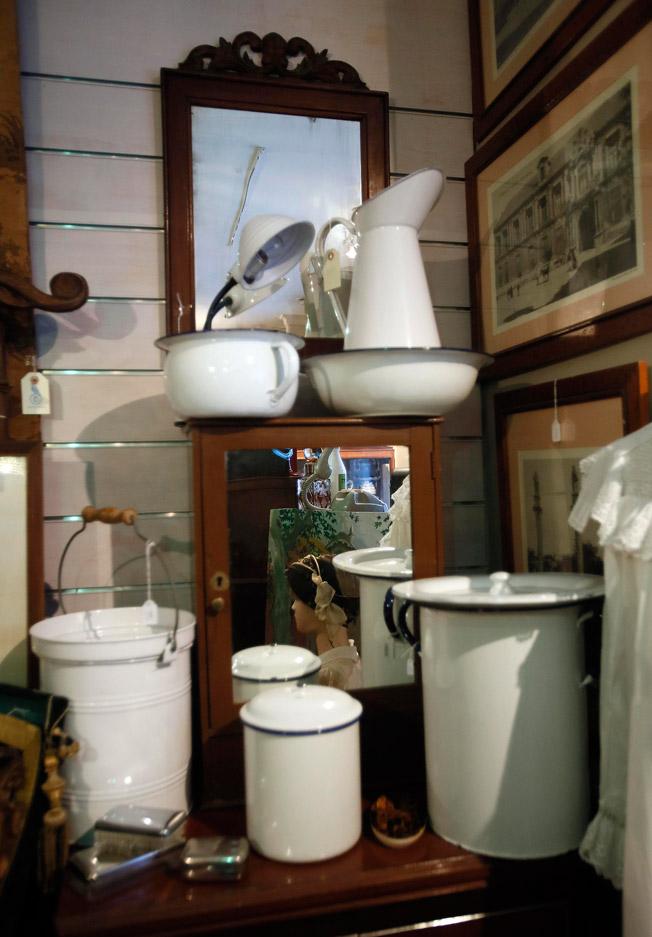 Juego de jarra, palanganas y papelera de porcelana