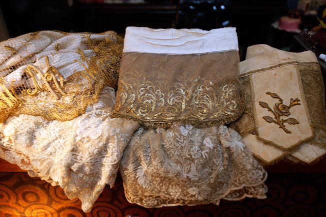 Encajes de hojilla tul bordado en lentejuela y encajes de Bruselas, todos pertenecientes a siglos pasados