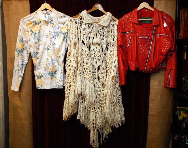 Blusa de flores de los 60, poncho hippie de los años 70 y cazadora ochentera de cuero con cremalleras