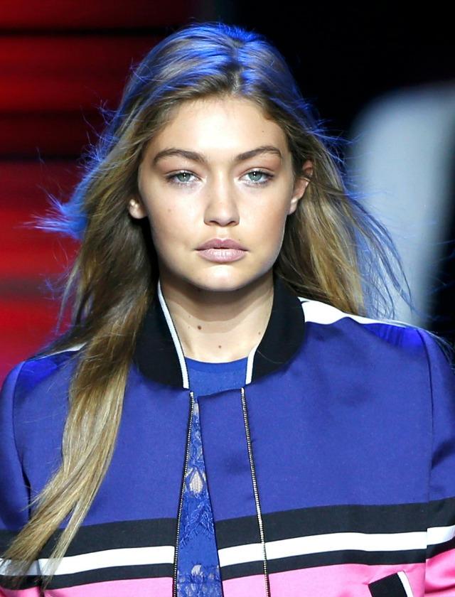 La top Gigi Hadid desfiló para Elie Saab, que eligió para sus modelos un look muy dulce, con perfilador de ojos y pestañas y labios nude rosados. Reuters