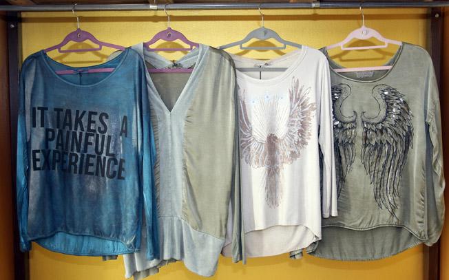 Camisetas y blusas de manga larga con escotes redondos y de pico, dibujos y mensaje estampados