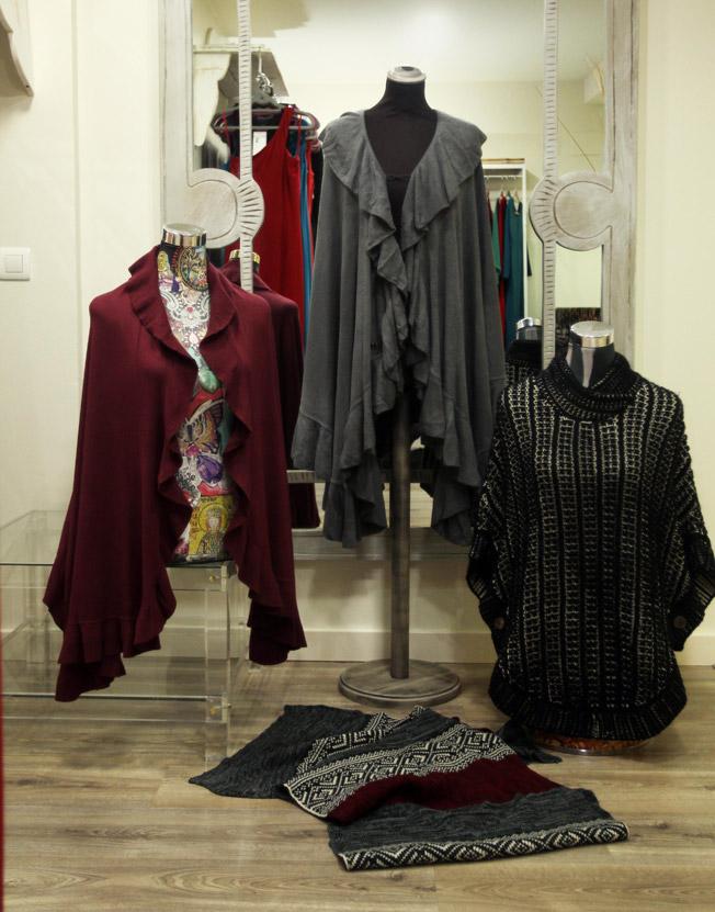 Capas iconos de elegancia y modernidad, última tendencia en largos y cortos, echarpe o sciarpa en italiano, y bolero de punto