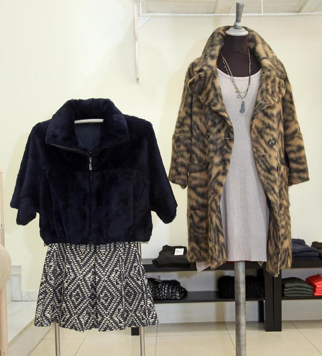 Piel rabbit combinada con falda de simulado strass y abrigo animal combinado con vestido de punto básico de lana algodón amoroso
