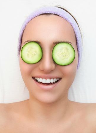 Rodajas de pepino para los ojos en un baño relajante