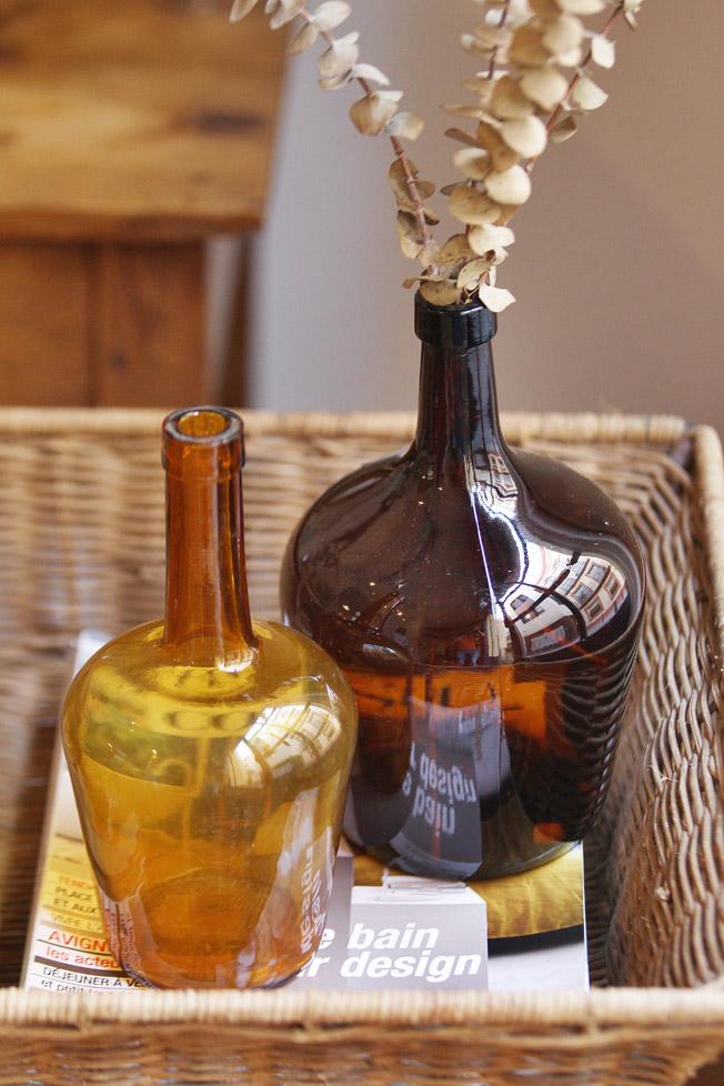Antiguas garrafas en color caramelo
