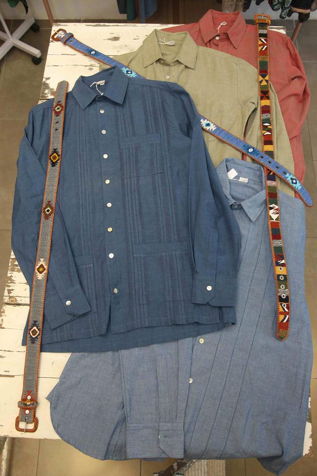 Guayaberas y camisas de algodón artesanas de Tembo con cinturones de La Mansa