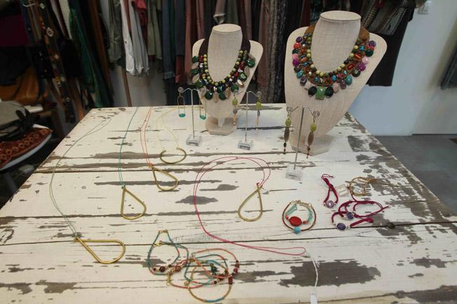 Baberos de cinta de falla y piedras semi preciosas en distintos colores, pulseras de cuentas de colores y piedras, y pendientes de piedras de colores y trapecio de piedras de Cucú