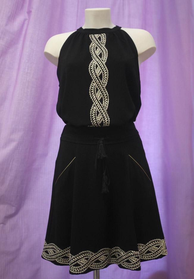Top con cuello halter modelo Azor y falda negra modelo Nadima, ambos de la firma NKN Nekane