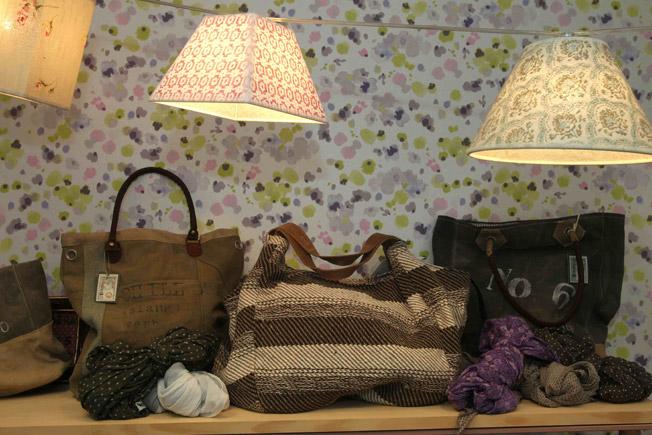 Bolsos de loneta y punto con serraje de piel, y pañuelos de algodón estampados