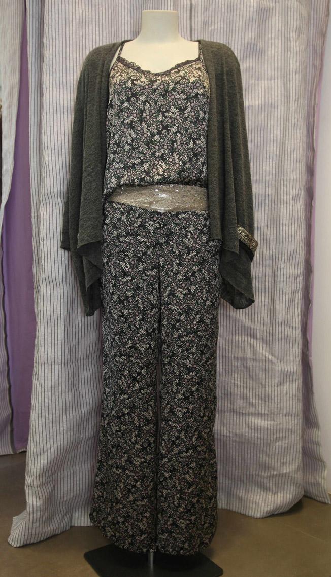 Top lencero modelo Katlin y pantalón de raso con paillete en color moka modelo Orient, con chaqueta de punto con bolsillos en tono grafito de Mila