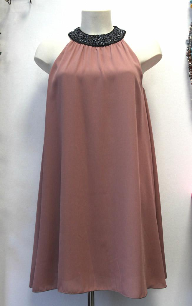Vestido mini fluido en color ciruela, tejido crêpe, hombros descubiertos y cuello de pedrería modelo Afrah