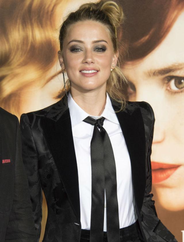 Amber Heard con una lazada larga a modo de corbata. AFP