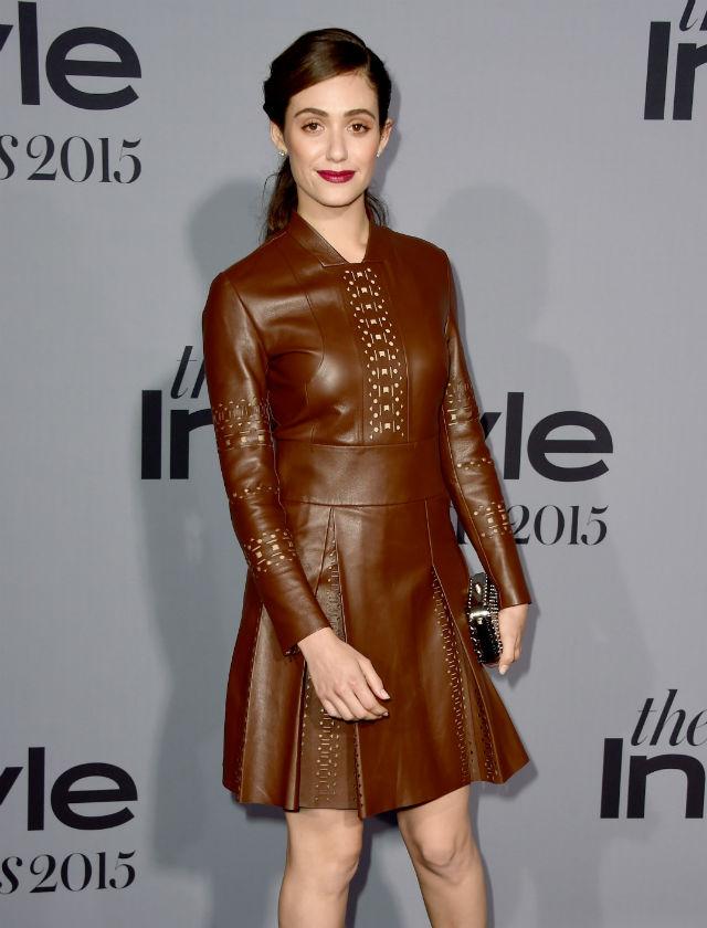 Emmy Rossum elige un minivestido marrón de manga larga. AFP