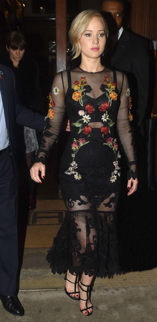 Jennifer Lawrence con vestido Dolce & Gabbana. Twitter