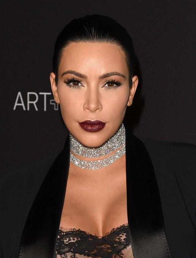 Kim Kardashian apuesta por un tono marrón oscuro para sus labios. AFP