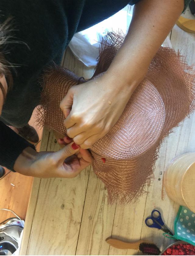 Proceso de creación del sombrero de Nana Golmar para Bulevar Sur
