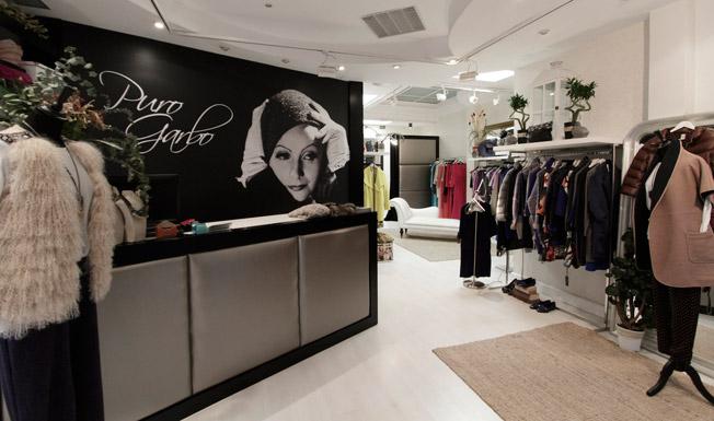 Una imagen de Greta Garbo da la bienvenida a la tienda