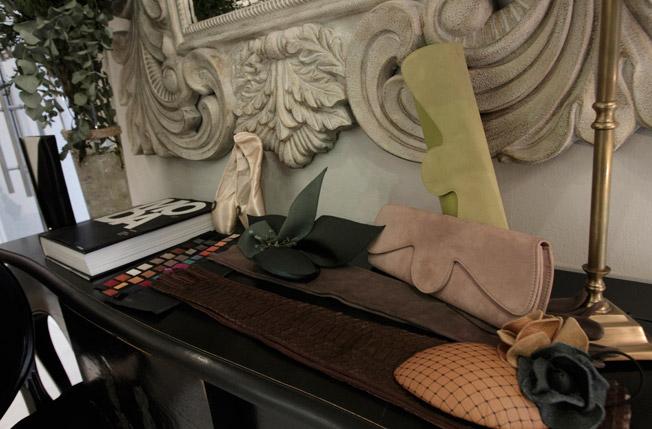 Guantes y carteras elaborados en piel con carta de color y tocados personalizados