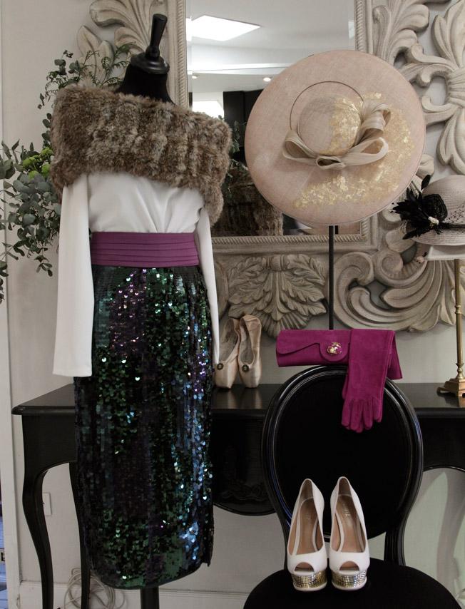 Cuerpo en crepe y falda de lentejuela de Liviana Conti, complementados con cuello de piel y cartera y guantes en ante de Laura Domort