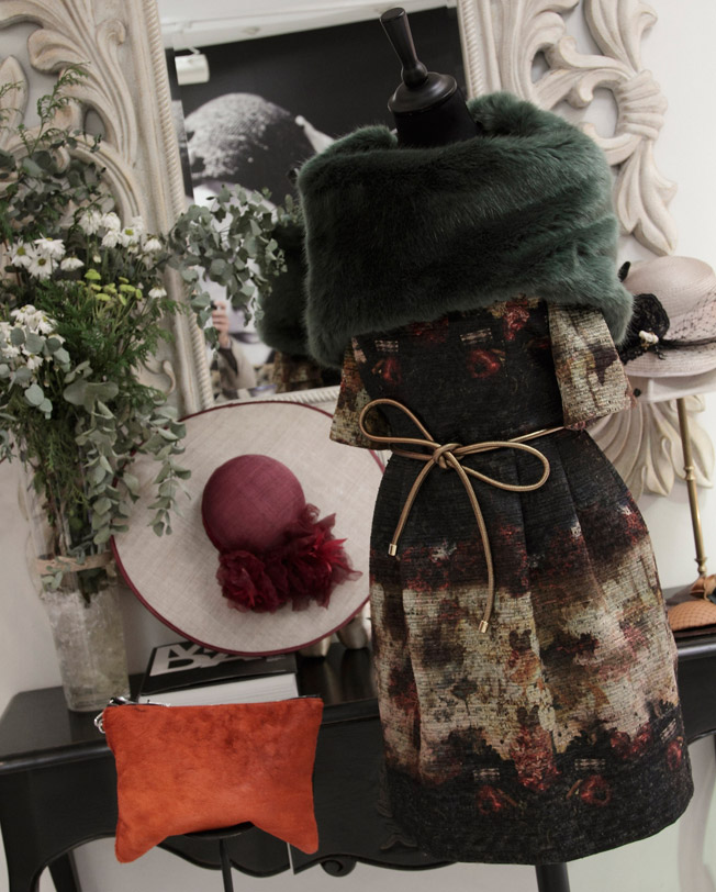 Vestido en seda estampado en tonos otoñales de la firma David Christian con cuello de pelo, cinturón y clutch en piel potro