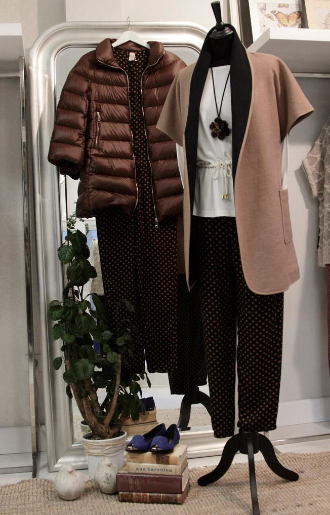 Pantalón y mono en topos marino y mostaza de la firma Manata, abrigo de paño sin mangas de Isato y abrigo pluma de Annie P