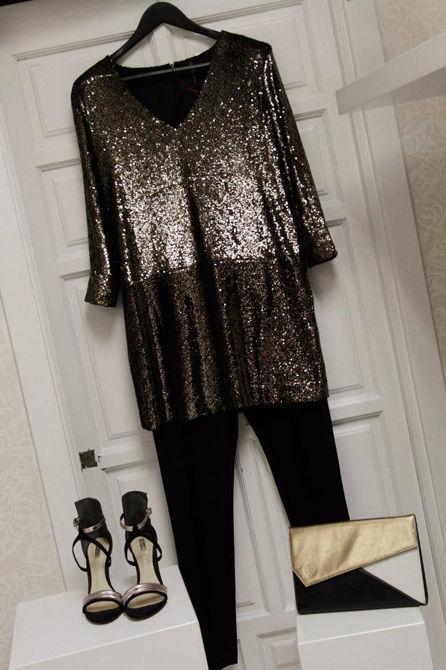 Pantalón de Lydia Delgado y vestido pailletes dorado de Liviana Conti