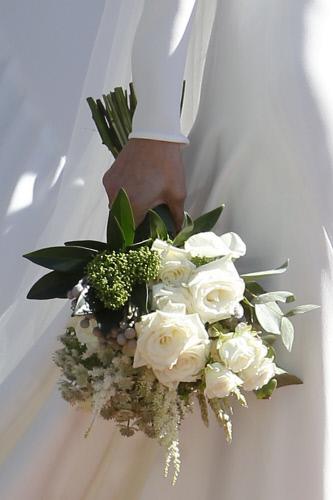 El ramo, de tallo largo, estaba compuesto de rosas blancas