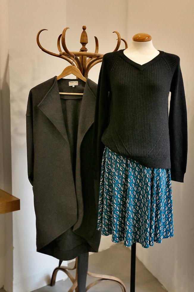 Falda corta con elástico en la cintura de People Tree y diseño de búhos, jersey de punto grueso con escote en forma de V de Armedangels y abrigo de corte amplio y bajo asimétrico, también de People Tree