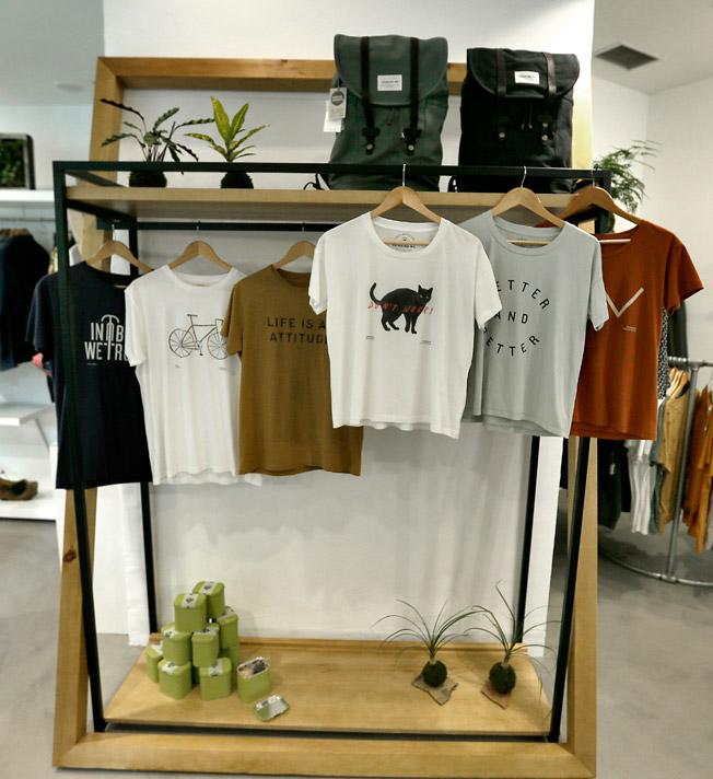 Camisetas 100% algodón orgánico de la firma Thinking Mu y mochilas mountain, también de algodón orgánico, con cierres de cuero, de la marca People Tree