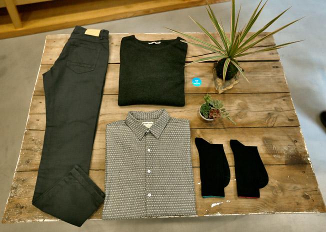 Pantalón regular fit cinco bolsillos y jersey de cuello redondo, ambos de Armedangels, con camisa de algodón tejida a mano de People Tree y calcetines unisex de la marca Minga Berlin