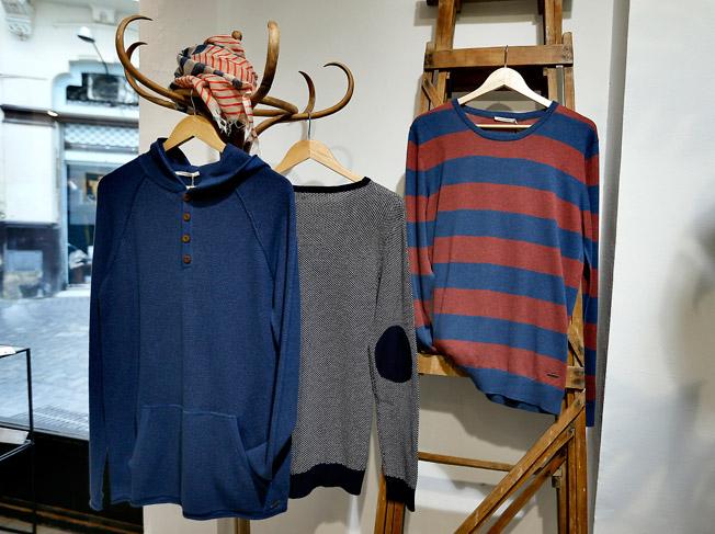Jersey con capucha y bolsillo central, suéter de cuello redondo y jersey con coderas, todos de la marca Armedangels, y pañuelo de algodón tejido a mano de People Tree