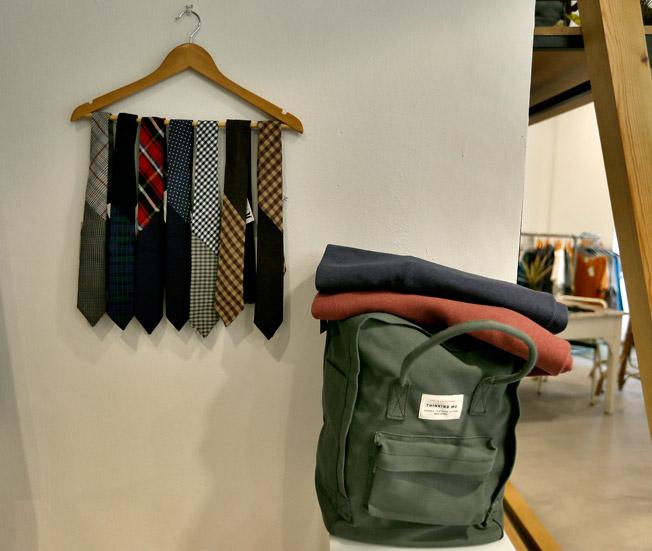 Corbatas de artesanía local sevillana firmada por Marlen D`Sastre, mochila de algodón orgánico y cierres de cuero de People Tree y cuellos y bufandas de la colección Verde Moscú