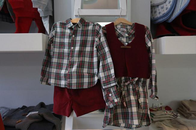 Camisa de niño de cuadros escoceses con bermudas burdeos y vestido de niña de cuadros escoceses con chalequillo burdeos