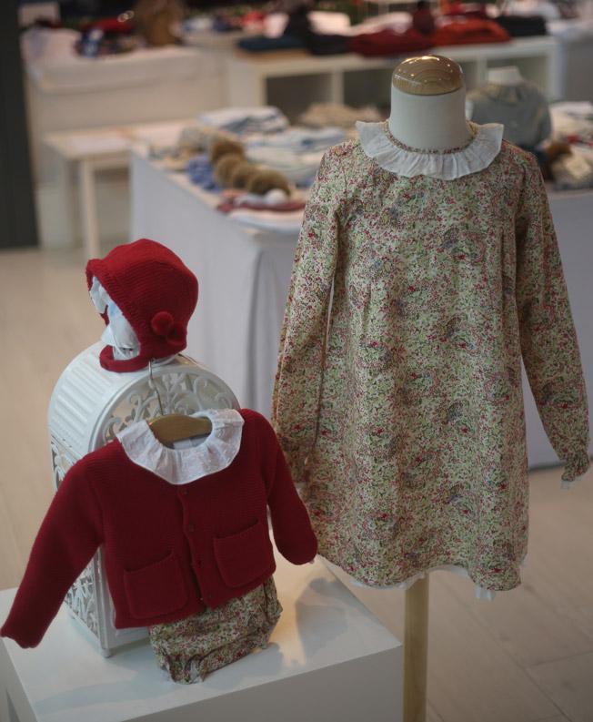 Vestido de estampado floral y conjunto de rebeca burdeos, cubrepañal y gorro con pompones